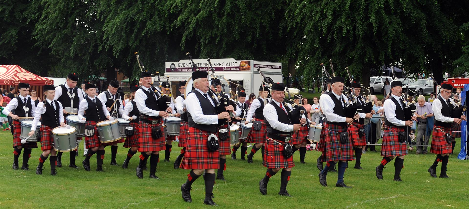 In Pictures Thousands Flock To Lurgan Park For The Pipe